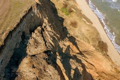 Berggrondverschuiving op een ecologisch gevaarlijk gebied Grote barst in grond, afdaling van grote lagen van vuil Dodelijk gevaar royalty-vrije stock afbeelding