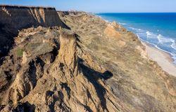 Berggrondverschuiving op een ecologisch gevaarlijk gebied Grote barst in grond, afdaling van grote lagen van vuil Dodelijk gevaar stock fotografie