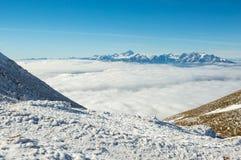 Berghänge über den Wolken Stockfotografie