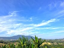 Berghöjdpunkt och ljus bakgrund för himmel royaltyfri foto
