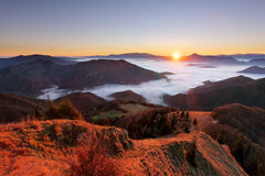 Berghöstlandskap på soluppgång med mist i Slovakien Royaltyfri Foto