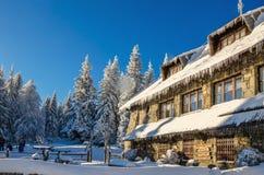 Berghütte auf Turbacz in der Winterlandschaft Lizenzfreies Stockbild