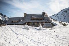 Berghütte in den polnischen Bergen Tatry, Tal piec stawow polskich, Winterzeit Lizenzfreie Stockfotografie