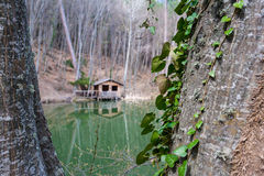 Berghütte in der Reflexion Stockfotografie