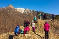 Berghandbok som talar till en grupp av bergsbestigare fotografering för bildbyråer