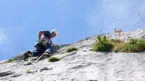 Berghandboken som klättrar en brant tjock skivagrad av ett hårt, vaggar klättringrutten i fjällängarna av Schweiz royaltyfria foton