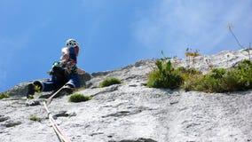 Berghandboken som klättrar en brant tjock skivagrad av ett hårt, vaggar klättringrutten i fjällängarna av Schweiz arkivfoton