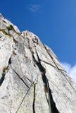 Berghandboken vaggar klättraren på en brant granitrutt i fjällängarna av Schweiz på en härlig dag arkivfoto