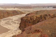 Berghiaat en droge rivier in de vulkaan Stock Fotografie