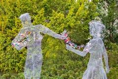 Bergholz-Rehbrà ¼ cke, Niemcy, 3 maszeruje 2019, deklaracja miłość Para kochankowie robić drucianej siatki chwyt jako symbol ich  fotografia stock