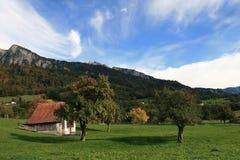 Berghuis in de Alp stock afbeelding