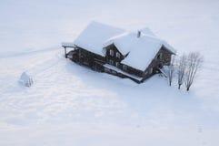 Berghuis in de Alpen in wintertijd Stock Foto's
