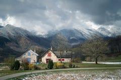 Berghuis in de winter royalty-vrije stock foto's