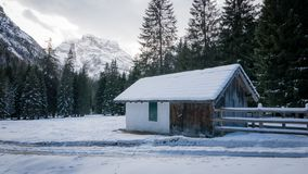Berghuis in sneeuw alpiene vallei Stock Foto's