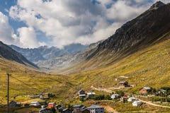 Berghuizen met wolken in Ayder-Plateau, Rize, Turkije Stock Foto's