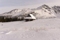 Berghut in het de winterlandschap Stock Afbeeldingen