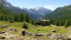 Berghut met mening aan het Mont Blanc-massief royalty-vrije stock foto