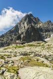 Berghut tegen piek in de Tatra-bergen in Slowakije royalty-vrije stock afbeelding