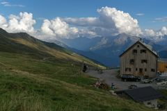Berghut in trek van Alpen vakantie royalty-vrije stock fotografie