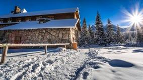 Berghutten en zonsopgang in de winter Royalty-vrije Stock Afbeelding