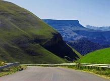 Berghuvudväg och landskap Norr Kaukasus lopp Fotografering för Bildbyråer