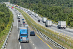 Berghuvudvägar med trafik Arkivfoton