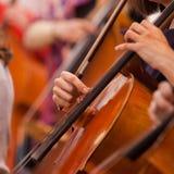 Übergibt das Mädchen, das Cello spielt Stockfotografie
