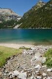 Bergig d'Oredon för konstgjord sjö i de franska Pyreneesna royaltyfri fotografi