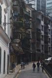 Bergig gränd bredvid den Senado fyrkanten, Macao Arkivfoton