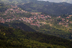 Bergig by, Grekland Royaltyfria Bilder