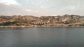 Bergig havskust och transportakvedukt Le Rio de Janeiro, Marseille, Frankrike arkivfilmer