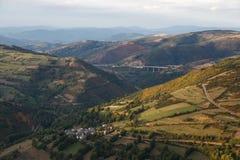 Bergig landskapöverblick från nollan Cebreiro Fotografering för Bildbyråer