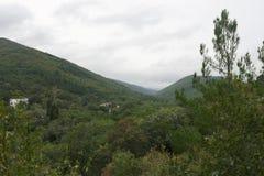 Bergig terrain Byn av Betta royaltyfri bild