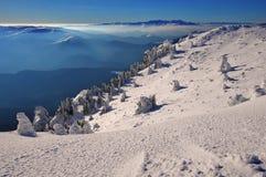 Bergigt landskap för vinter Arkivfoton