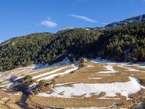 Bergigt landskap i Andorra med lite huset i mitt arkivfoton