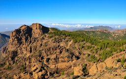 Bergigt landskap med blå himmel från toppmötet av Gran canaria, kanariefågelöar Royaltyfri Bild