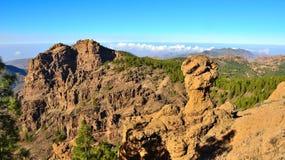 Bergigt landskap med blå himmel från toppmötet av Gran canaria, kanariefågelöar Arkivfoto