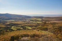 Bergigt landskap med den lilla byn fotografering för bildbyråer