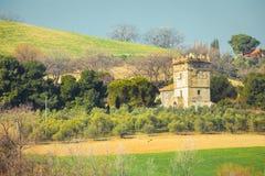Bergigt landskap med restna av ett forntida historiskt torn royaltyfria foton