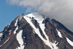 Bergigt landskap, sikt av överkanten av den steniga kotten av vulkan Arkivbilder