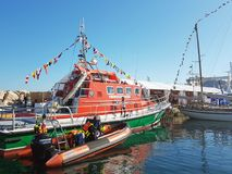 Bergingsschip dichtbij de pijler in een jachthaven van de Franse maritieme stad wordt vastgelegd die De boot toont in Ciotat Duid royalty-vrije stock afbeelding