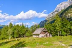 Bergkabin i europeiska fjällängar, Robanov kot, Slovenien royaltyfri foto