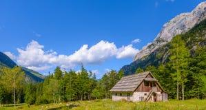 Bergkabin i europeiska fjällängar, Robanov kot, Slovenien royaltyfria foton