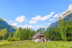 Bergkabin i europeiska fjällängar, Robanov kot, Slovenien royaltyfria bilder