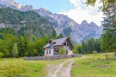 Bergkabin i europeiska fjällängar, Robanov kot, Slovenien royaltyfri fotografi