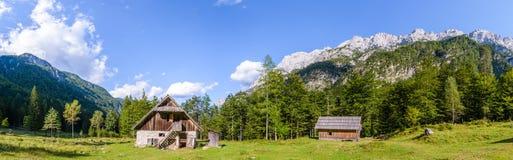 Bergkabin i europeiska fjällängar, Robanov kot, Slovenien arkivbilder