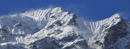 Bergkant av det Langtang Himal området som täckas av snö och G Arkivbilder