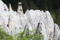 Bergkant med jordpyramider i den franska Hautesen-Alpes royaltyfri fotografi
