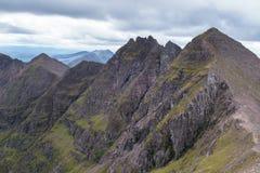 Bergkant som leder till en Teallach Munros i skotten Highlan Royaltyfri Foto