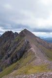 Bergkant som leder till en Teallach Munros i skotten Highlan Arkivfoton